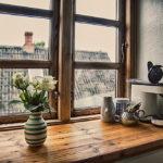 Blomster og kaffemaskine